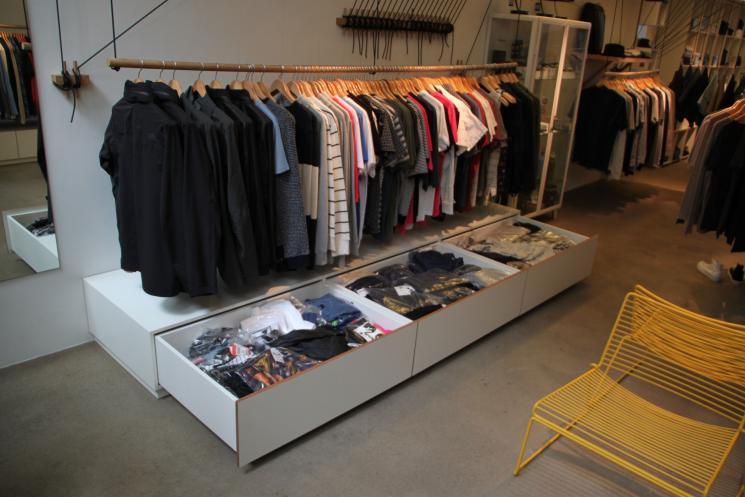 Lades op maat,DIV,Amsterdam,winkelinrichting,volledig uitrekbare lades,meubels op maat,meubelmaker,laag ladeblok,diepe lades,wit hpl