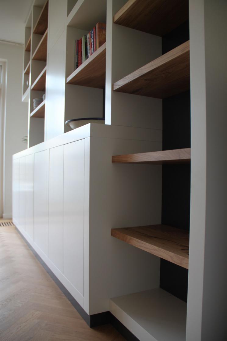 Kast op maat, dikke witte staanders,eikenhouten planken in boekenkast,meubels op maat amstelveen,boekenkast op maat amstelveen,boekenkast op maat amsterdam,wandmeubel op maat amsterdam,dikke witte staanders met eikenhout,meubels op maat amsterdam,wijnrek in kast