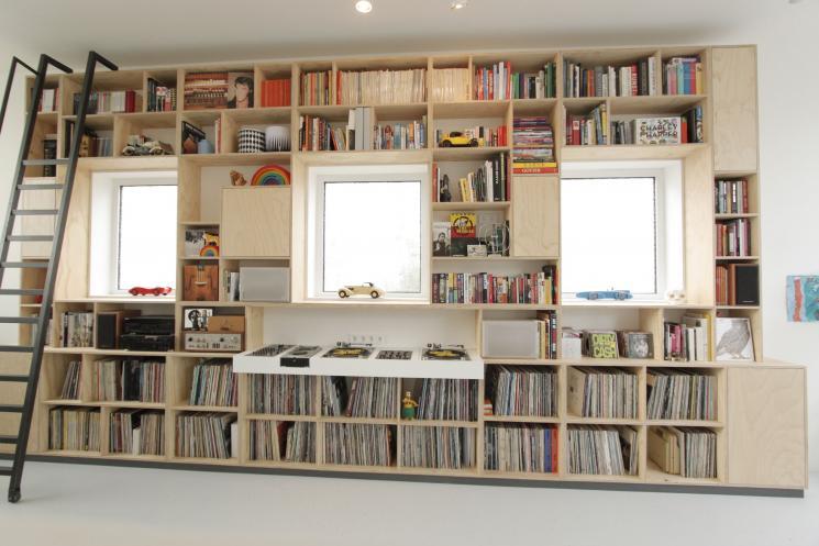 underlayment wandmeubel,kast underlayment,boekenkast met trap,djmeubel,ingebouwde draaitafels,stalen trap op wieltjes,amsterdam,meubels op maat amsterdam,kast om raam,grote boekenkast,amsterdamse meubeldesign, meubelmaker amsterdam, underlayment boekenkast