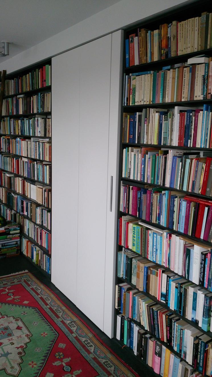 8 meter boekenkast, gerookt Eiken ,massief hout,amsterdam,boekenkast op maat,Boekenwand met kast in het midden die in zijn geheel naar buiten kan scharniere,scharnierende kast op wielenn