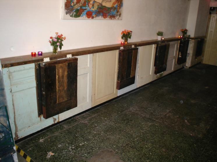 opklapbare tafeltjeswand bij Cafe Speijk, wandmeubel, bedrijfs inrichting, tafels