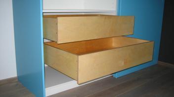 Inbouw Kledingkast Blauw, schuifdeuren, in hoogte vestelbare garderobe stang