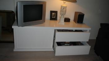 Tv meubel met lades en schuifdeurtjes uitgeborsteld hout, witgeschilderd